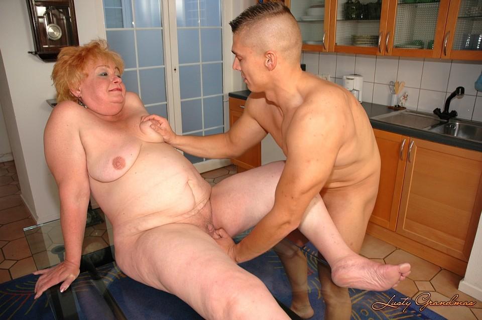Молодой трахает дряхлую старушку