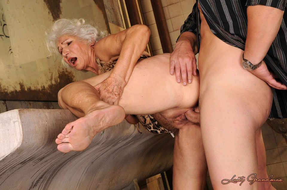 Oldie gets her hairy snatch plowed